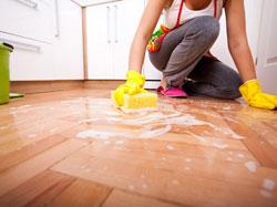 Làm sạch sơn trên sàn nhà