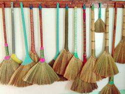 Cách làm sạch chổi quét nhà