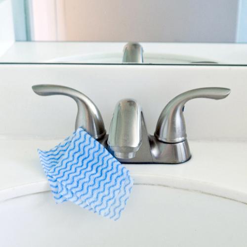 Làm sạch vòi rửa đơn giản