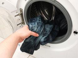 Cách giặt quần jean không phai màu
